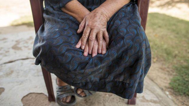 Imagem mostra mulher sentada, sem exibir seu rosto
