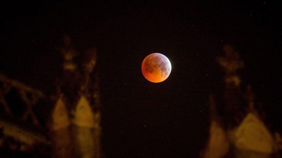 Luna de sangre de lobo en el centro de Francia.