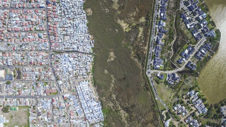 Foto aérea do Lake Michelle e de Masiphumelele na Cidade do Cabo