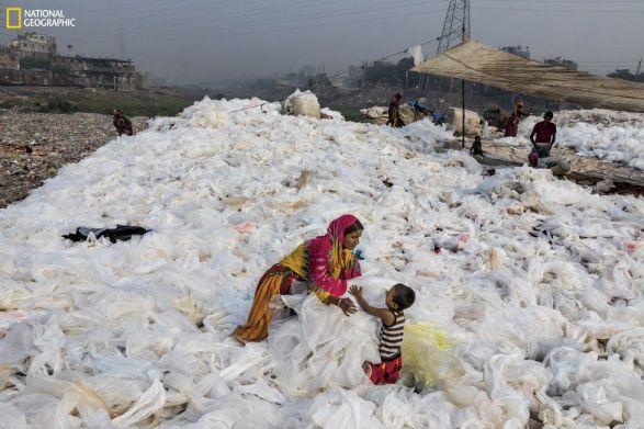bangladeşte kıyıdaki plastik torbalar