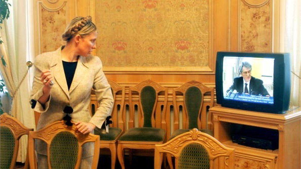 Екс-президент Ющенко радить Тимошенко облаштувати свій побут, перш ніж братися за країну. Тимошенко каже, що Ющенкові варто просити вичачення в країни за прихід до влади Януковича, проти якого вони разом стояли на Майдані у 2004