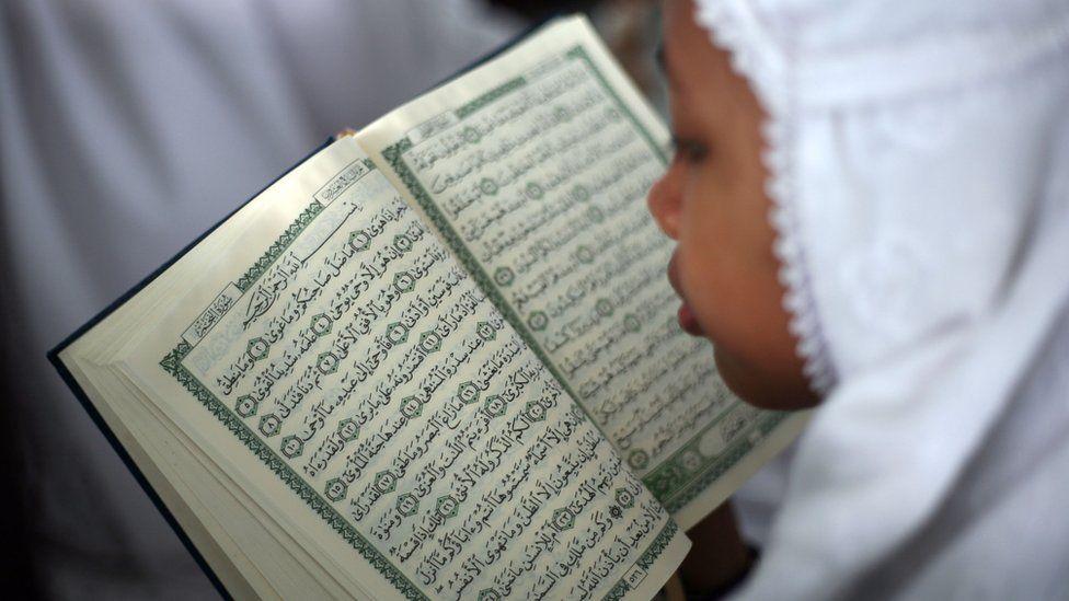 Um estudante em Medan, Indonésia, lê o Alcorão