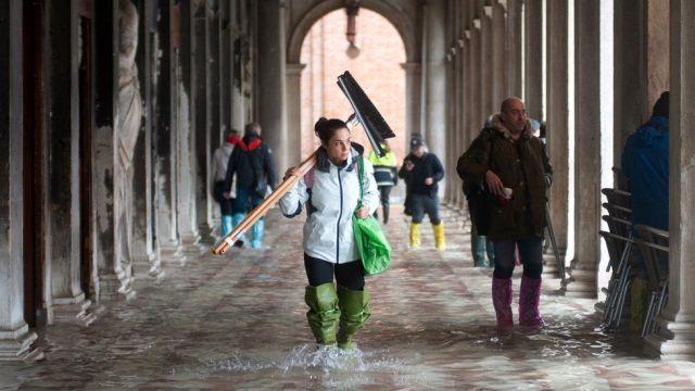 Plac Świętego Marka w Wenecji został zalany wodą podczas wyjątkowego przypływu, 13 listopada 2019 r