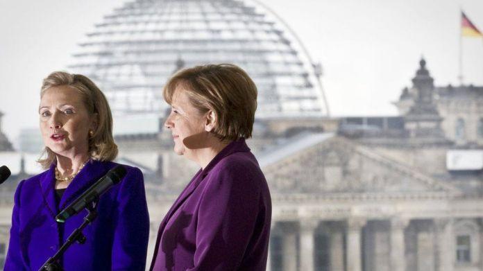 Sekretarja amerikane e Shtetit Hillary Clinton (K) dhe Kancelarja gjermane Angela Merkel i drejtohen shtypit pas një takimi në Kancelarinë Federale në Berlin, më 14 Prill 2011.