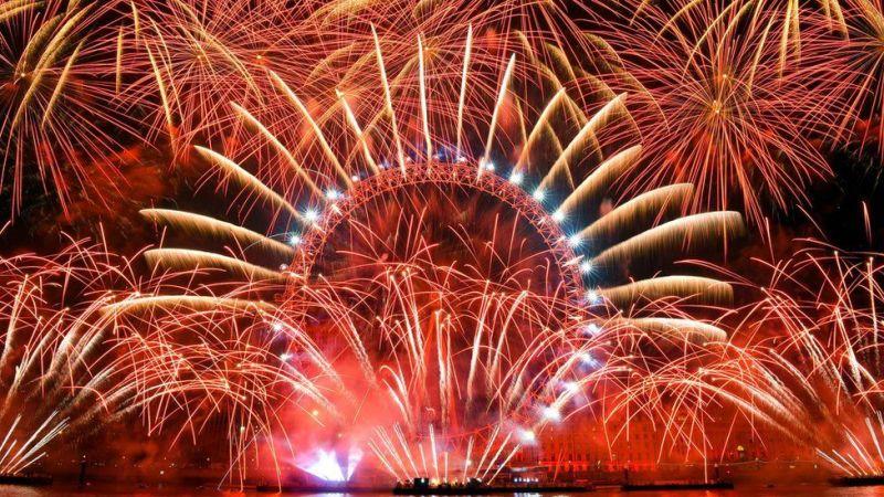 Fataki hapa zinaonekana London Eye ambapo zilirushwa angani kwa dakika 10 hivi katikati mwa London