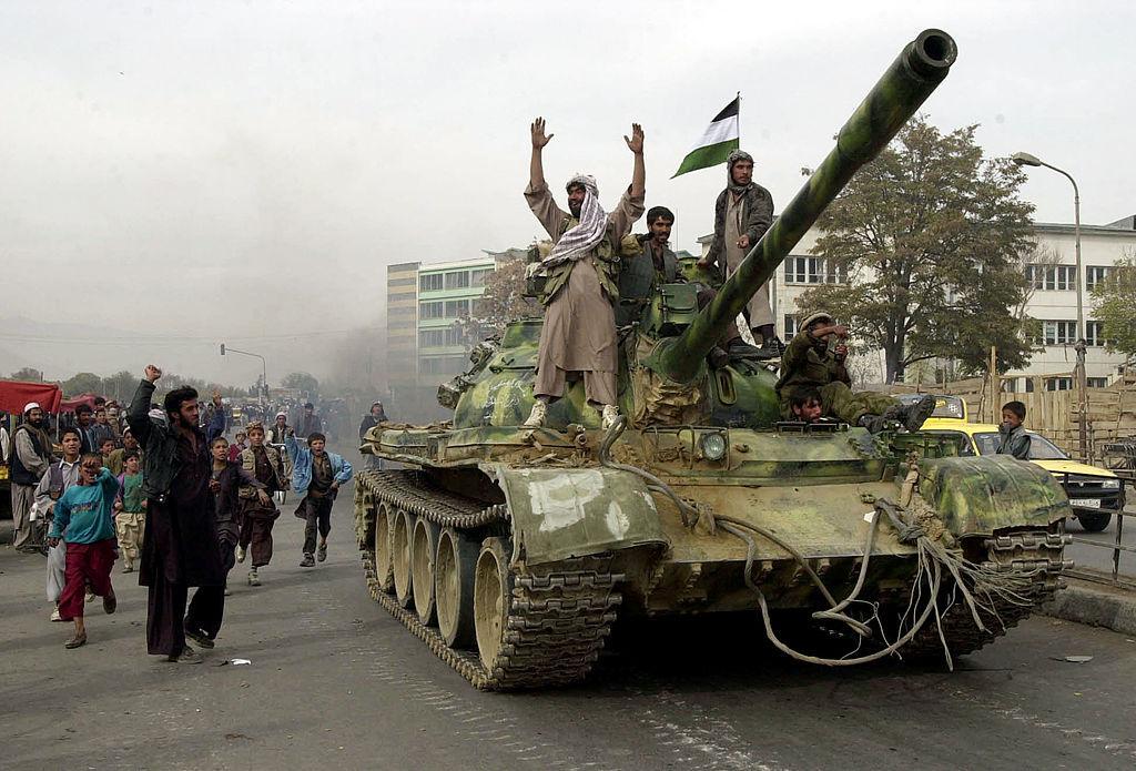 Combatientes de la Alianza del Norte respaldados por la coalición entran con tanques a Kabul mientras los talibanes se retiran.