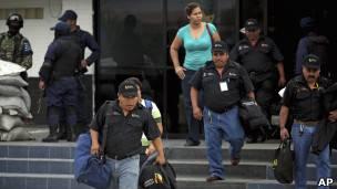 Policías desarmados en Veracruz, México.