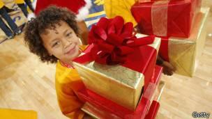 Un niño con un regalo
