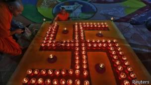 Ceremonia hindú con esvástica