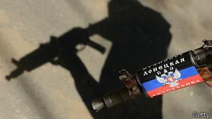 Arma rusa y silueta de soldado