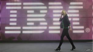 Logo de IBM y mujer caminando