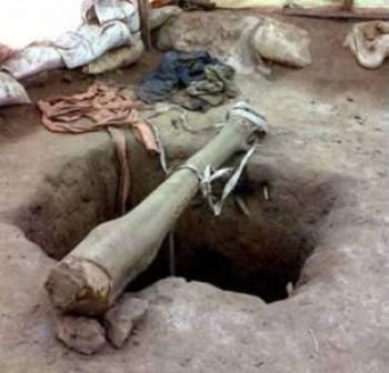 Des mineurs descendent dans des puits de mine grâce à une corde attachée à une poutre tendue au-dessus de la fosse.