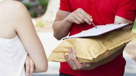 Empleado de empresa de entregas llevando un sobre