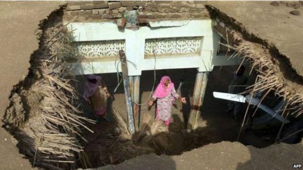 महिला, धमाला गाँव, पाकिस्तान प्रशासित कश्मीर