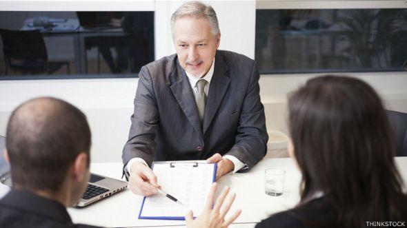Una pareja habla con un abogado