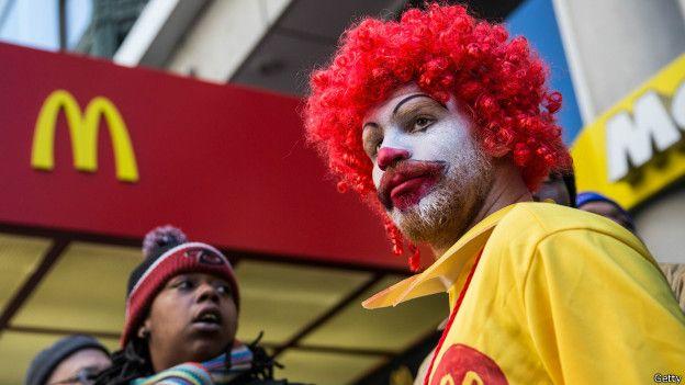 Activista por los derechos de los trabajadores de McDonald's disfrazado de su famoso payaso.