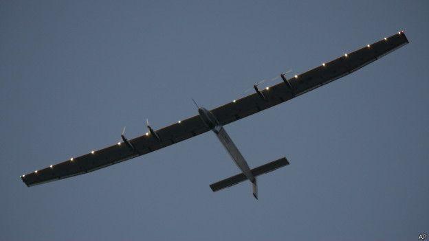 الطائرة تستخدم الطاقة الشمسية فقط