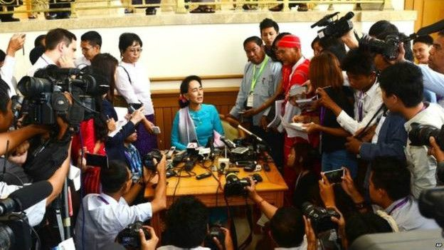 Bà Suu Kyi tại Nay Pyi Taw trước khi Quốc hội họp lần cuối trước khi tuyển cử vào tháng 11