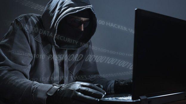 Un hacker atacando una computadora