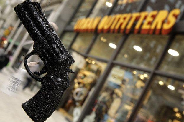 Елочная игрушка в виде револьвера