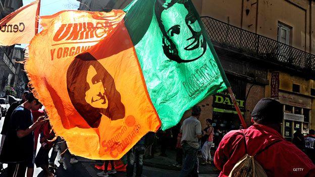 Cristina y Evita en una marcha peronista