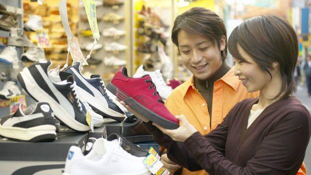 Personas mirando zapatos deportivos