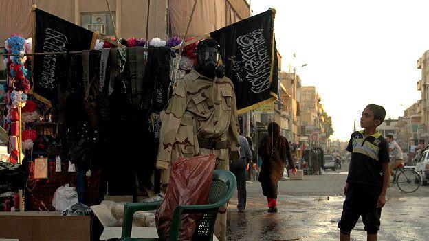 Niño mirando una tienda de recuerdos en Raqa