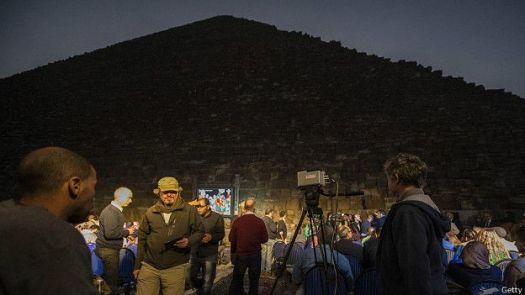 Исследователи у пирамиды