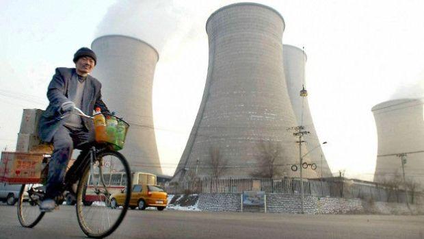 Un hombre en bicicleta frente a unos reactores