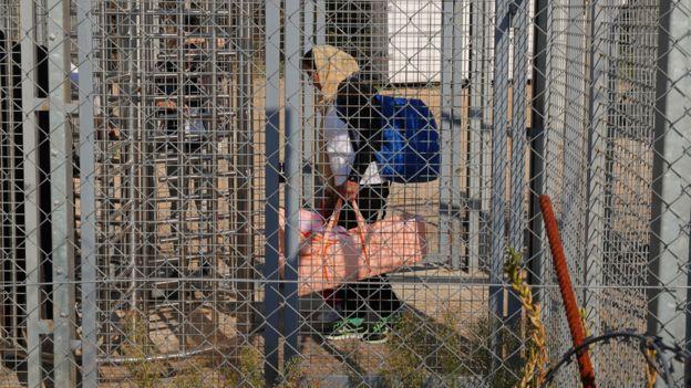 一名女移民通過塞爾維亞接壤匈牙利邊境(30/9/2016)