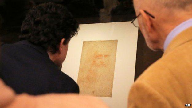 Examinando el autorretrato de Da Vinci
