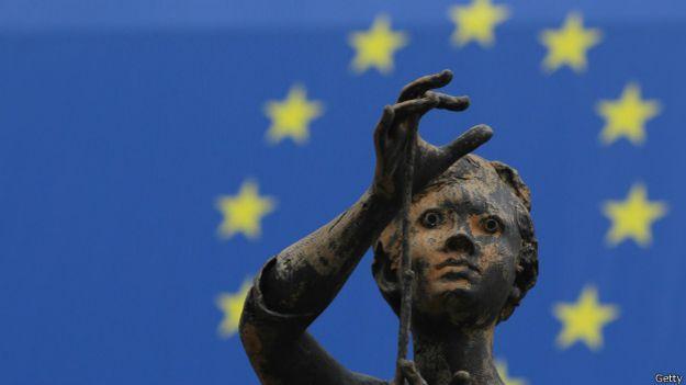 Escultura con fondo de la bandera europea