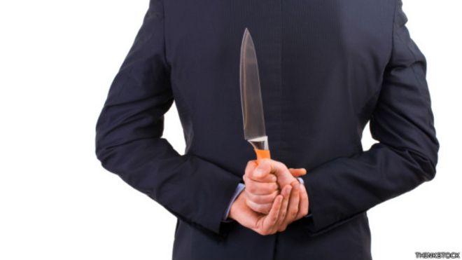 Un ejecutivo con un cuchillo en la espalda