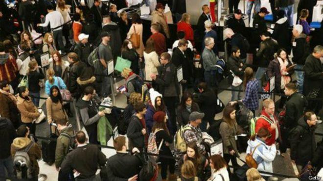 Multidão em aeroporto | Foto: Getty
