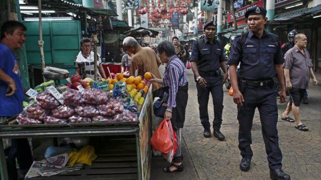 馬來西亞警員在吉隆坡茨廠街上巡邏(26/9/2015)