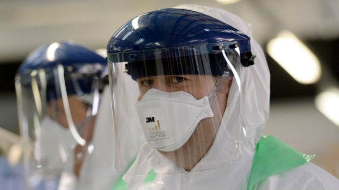 Un médico participa en un entrenamiento contra una pandemia