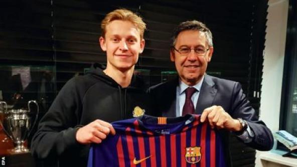 Frenkie de Jong with Barcelona president Josep Maria Bartomeu