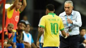 Brazil's forward Neymar (L) shakes hands with team coach Tite as he leaves the field during an international friendly football match between Brazil and Nigeria