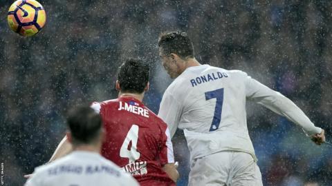 Cristiano Ronaldo marca ante el Sporting de Gijón