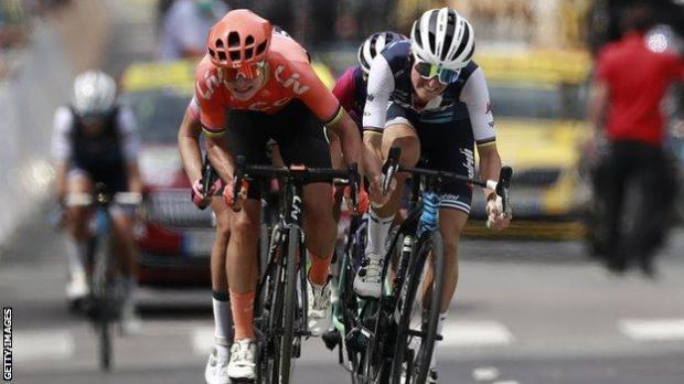 Lizzie Deignan alongside Marianne Vos in a sprint finish to the line in La Course