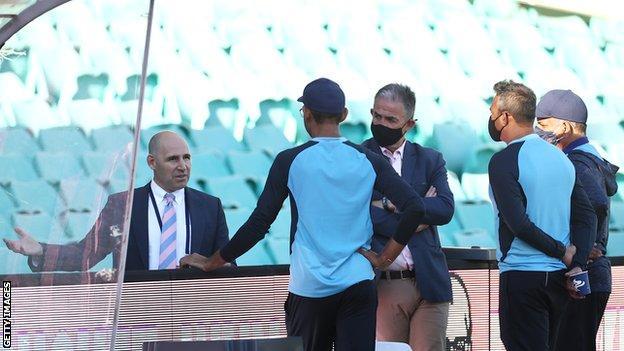 तीसरे टेस्ट के तीसरे दिन के खेल के करीब होने के बाद भारत के कर्मचारी क्रिकेट ऑस्ट्रेलिया के मुख्य कार्यकारी निक हॉकले (दूर बाएं) से बात करते हैं