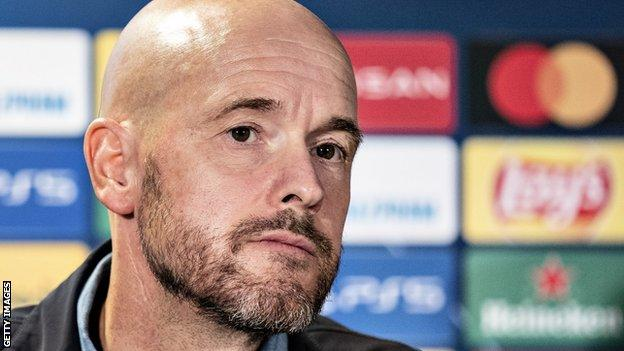 Il manager dell'Ajax Erik ten Hag parla ai media prima della partita di Champions League all'FC Midtjylland