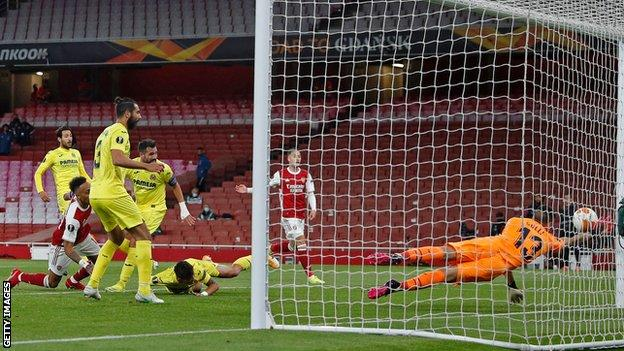 Pierre-Emerick Aubameyang hits the post with a header