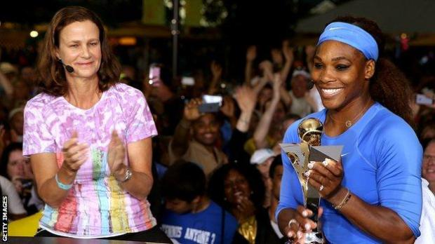 Pam Shriver congratulates Serena Williams on winning the Cincinnati Masters in 2013
