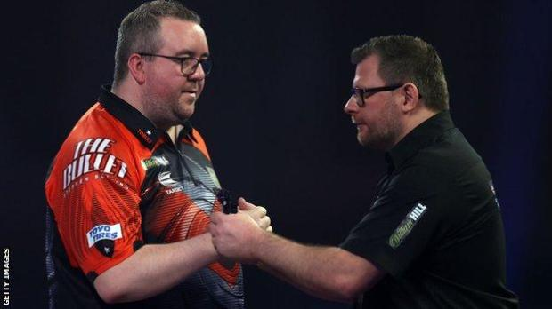 Stephen Bunting and James Wade shake hands