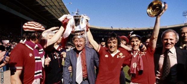Tommy Docherty and Lou Macari (centre) celebrate Man Utd's FA Cup final win
