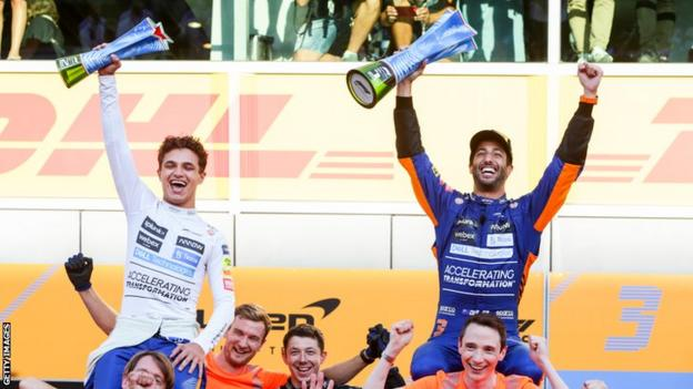 Lando Norris e Daniel Ricciardo comemoram o pódio em Monza