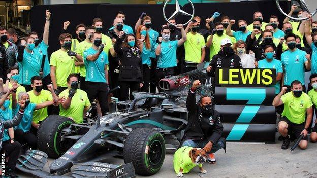Lewis Hamilton viert het winnen van zijn zevende wereldtitel