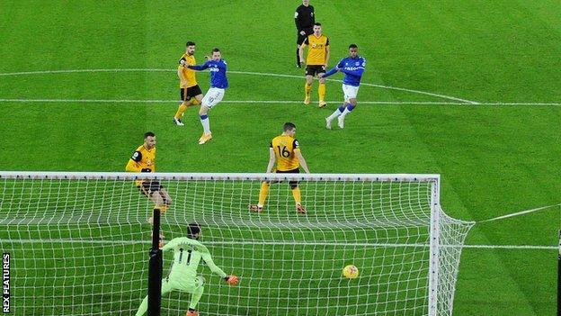 Alex Iwobi scores for Everton