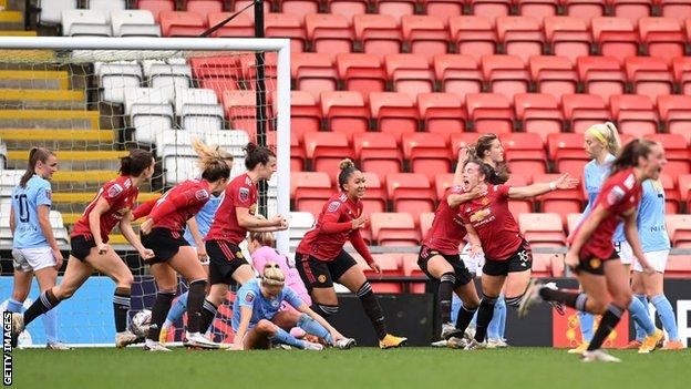Kirsty Hanson's scrambled equaliser completed Manchester United's comeback from two down to draw with City